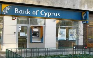 Eurolife Ltd., subsidiara Bank Of Cyprus, a retras 579.000 de euro din cealaltă bancă cu probleme, Laiki Bank, pe 14 martie, cu două zile înainte de anunțul privind taxarea depozitelor. La București, Eurolife Ltd. figurează printre fondatorii diviziei de leasing a băncii cipriote.