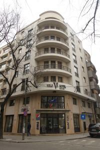 Clădirea fostului hotel Dâmbovița este, din 2004, proprietatea Ro Naturstein