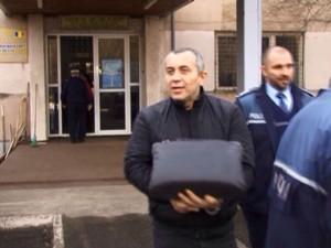 Răzvan Alexe încătușat, ieșind din sedul DNA Ploiești sursa:telegrama.ro