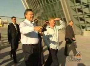 Președintele fugar Ianukovici și Rinat Ahmetov într-o vizită de lucru la stadionul echipei de fotbal Șahtior Donețk, echipă antrenată de Mircea Lucescu
