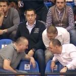 """În colțul din stânga, în spatele lui Victor Ponta, se relaxează domnul Gabriel Anghel, zis """"Ceață"""", implicat în afacerile 'Roșia Montană' și 'Flaminia'. Cel de lângă premier e Alex Iacobescu, managerul postului Romania TV și al CSU Asesoft. Mai jos, primarul Iulian Badescu și mogulul PSD, Sebastian Ghiță. Prilejul bășcăliei a fost un meci de baschet, în luna februarie.   sursa: sorinamatei.blogspot.ro"""