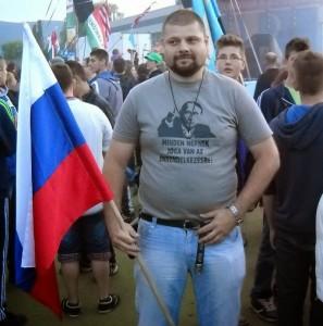 """Csibi Barna, cu steagul Rusiei. """"Fiecare are dreptul la autonomie"""", scrie pe tricoul lui pe care e imprimat chipul lui Vladimir Putin. FOTO/FACEBOOK"""