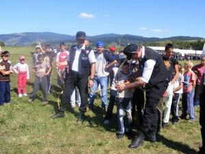 Mikoka Bela (stângă), învățând mai mulți copii să tragă cu arcul/ FOTO: Facebook