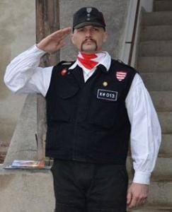 Mikola Bela, la depunerea jurământului pentru intrarea în Batalionul Secuiesc. Evenimentul a avut loc în Curtea Cetății din Târgu Mureș cu o lună înainte de expulzarea lui/ Foto: Arhiva personală a unui participant la eveniment.