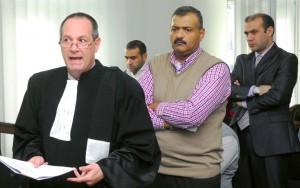 Omar Mukhles (stânga, pland îndepărtat) și Omar Mahmoud (dreapta), în sala de judecată. În centru, Mustafa Tartousi, care deținea nava cu care Omar Hayssam a părăsit România.  Foto: Szilagyi Lorand/Mediafax Foto