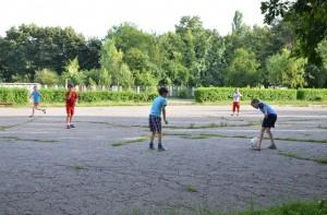 Copii, jucând fotbal în parcul din Ploiești / FOTO: Salvați Parcul Andrei Mureșanu!