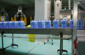 Procesul de îmbuteliere al apelor mineral/Foto: rio-bucovina.ro