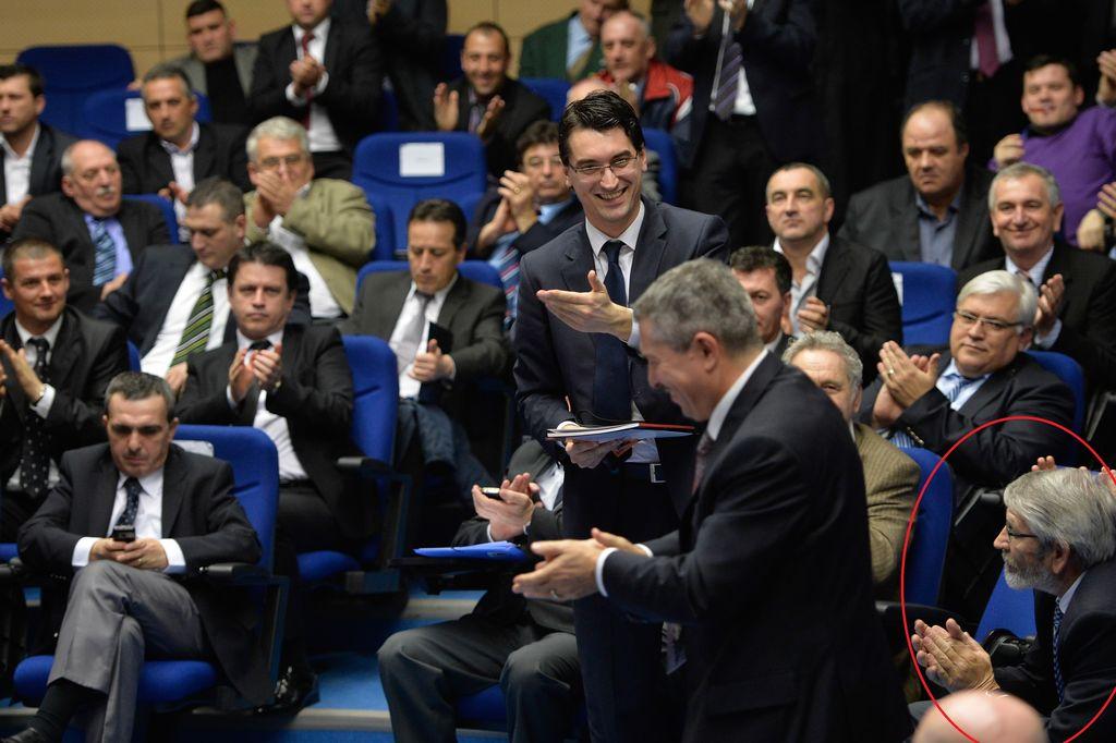 Gavrilă Vasilescu (medalion) a stat în primul rând la ședința Adunării Generale a FRF, la care Răzvan Burleanu a fost ales șef al fobalului românesc / FOTO: Mediafax / Marius Dumbrăveanu