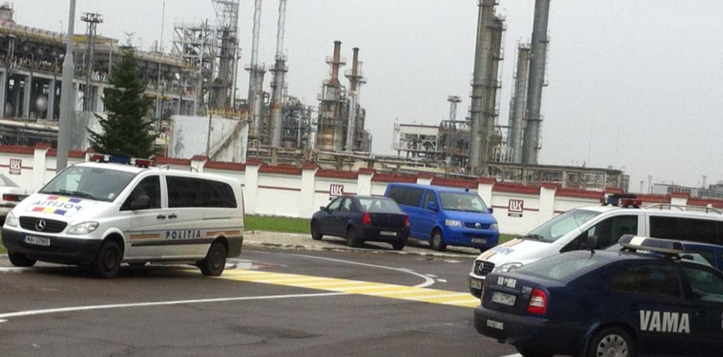 Mașinile Poliției cu care au fost ofițerii la percheziții vor circula cu benzină cumpărată de la Lukoil. Foto: Lucian Rădulescu.