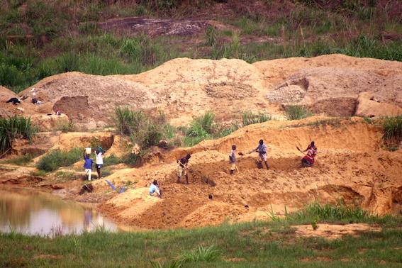 În estul Sierra Leone toată lumea caută diamante iar în urma exploatărilor rămâne un peisaj sterp.