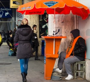 Biletele pentru jocul televizat se vând pe stradă, atât în punctele centrale ale Capitalei, cât și în cartierele mărginașe. Foto: Sergiu Brega / Rise Project
