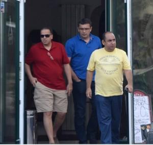 Bani Mustafa Akram (dreapta) și Eugen Neagoe (mijloc), secundul lui Pițurcă, după o nouă rundă de negocieri pe 10 septembrie 2014, la prima ofertă a echipei arabe. Mediafax Foto/ Alexandru Hojda