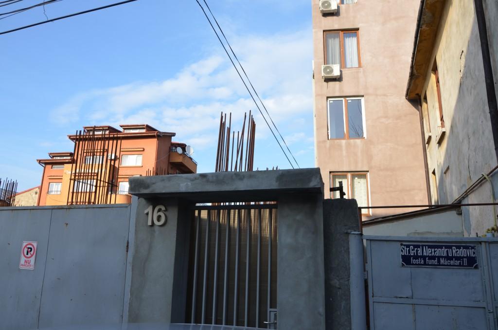 """Ansamblul rezidențial de la adresa Viitorului 158A/ Radovici 16 a fost realizat doar pe jumătate, iar """"jumătatea realizată"""" n-are lifturi și n-are utilități"""