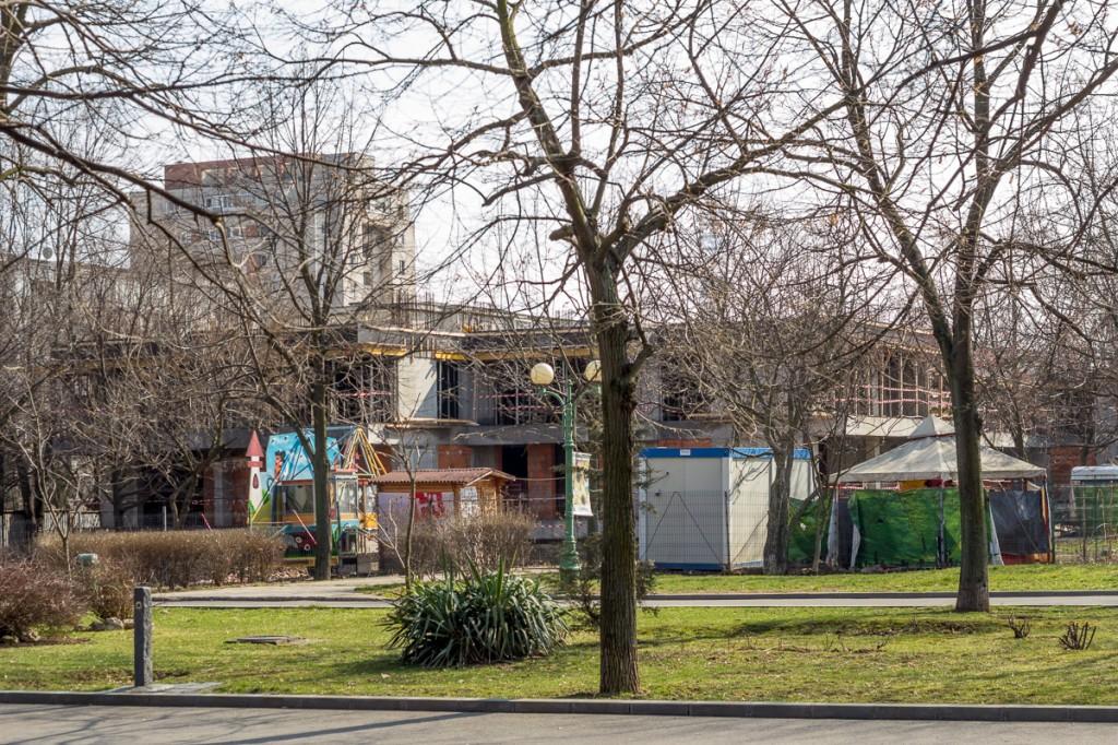"""Dezvoltatorii """"Tineretului Park View"""" abia ridică al doilea etaj al primului dintre cele șase blocuri ale cartierului"""