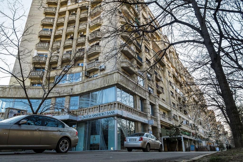 Sediul firmei Omnimoda se află în acest bloc de la piața Unirii / foto: Sergiu Brega