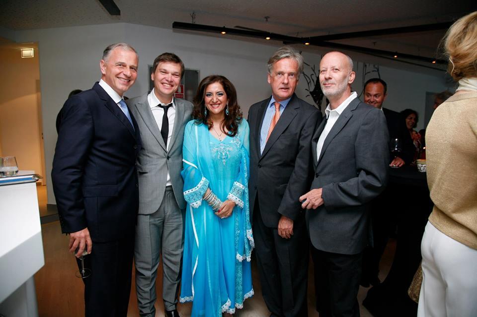 """Sorin Chiriță, al doilea din stânga, fotografiindu-se, aici, alături de câteva VIP-uri, la """"farewell party""""-ul dat de ambasadorul Austriei în România / Foto: Facebook"""