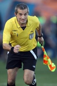 Onicaș, semnalizând offside-uri și auturi la unul dintre ultimele meciuri din cariera sa de arbitru, în noiembrie 2010. În aceeași lună, câștiga o licitație la care concura cu el însuși / FOTO: Mircea Roșca / Mediafax