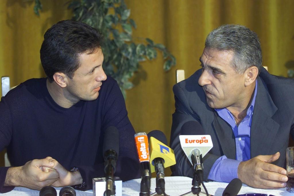 Suporterii îndrăgostiți de Gică Popescu îi găsesc fostului fotbalist circumstanțe atenuante pentru faptele penale pentru care a fost condamnat. FOTO: Cristi Preda/ Mediafax.