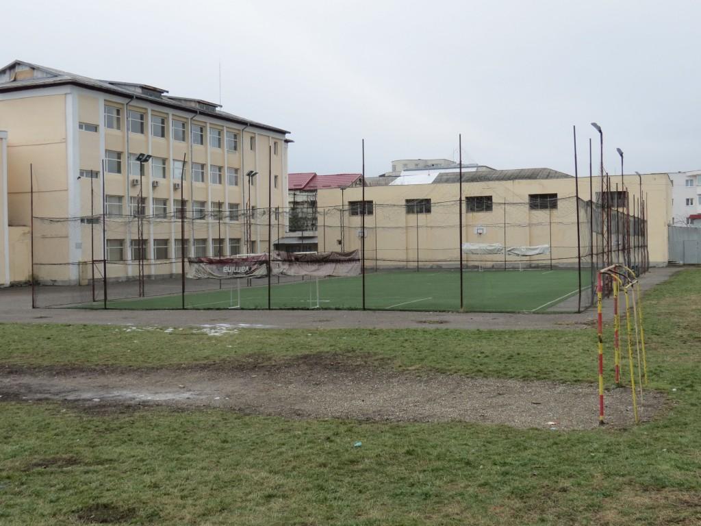 """Terenul de minifotbal pe care Răzvan Burleanu l-a amenajat în curtea Școlii """"Mihai Drăgan"""" a costat, spune el, 40.000 de euro.  FOTO: Lucian Bogdănel"""