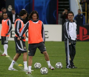 Capello, pe gazonul din Ghencea la antrenamentul oficial de dinaintea partidei cu Steaua, alături de jucătorii săi Sergio Ramos, Van Nistelrooy și Roberto Carlos.