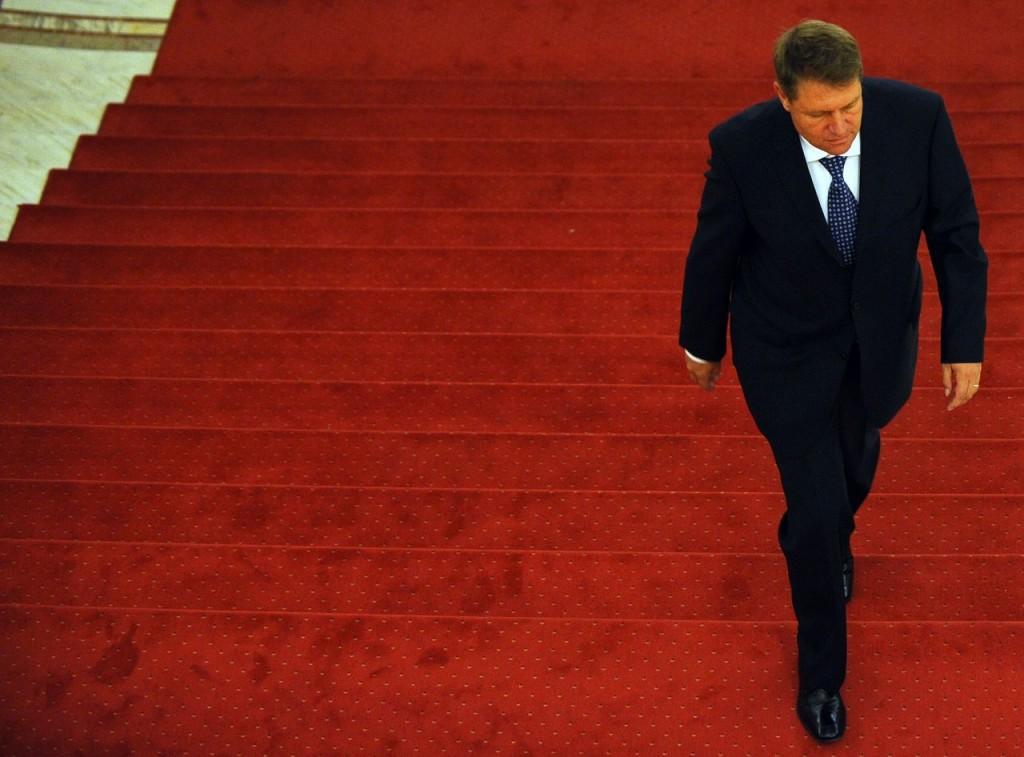 OCTOMBRIE 2009. Klaus Iohannis sosește la Palatul Parlamentului pentru a discuta cu liderii partidelor PSD-PNL-UDMR-PC, care l-au propus pentru funcția de prim-ministru. FOTO: Răzvan Chiriță / Mediafax.