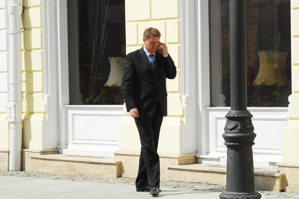 APRILIE 2007. Klaus Iohannis, pășind prin fața primăriei, în timp ce vorbește la telefon. FOTO: Silvana Armat / Mediafax.