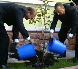 24 septembrie 2007. Traian Băsescu și Ilham Aliyev, la inaugurarea fundației azere din București. În aceeași zi, cei doi președinți au inaugurat și aleea Heydar Aliyev din Parcul Tei. Foto/Mediafax-AFP/Daniel Mihăilescu