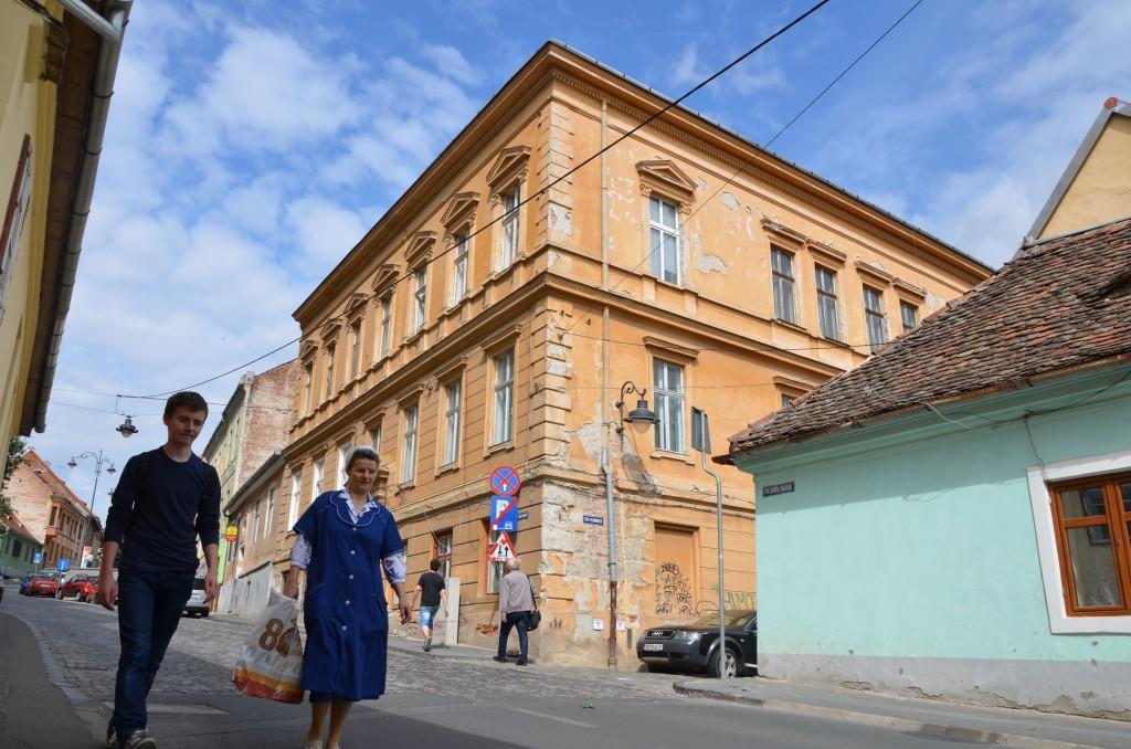 Casa de pe Strada Magheru nr. 35, pe care din Nicolae Baștea le-a lăsat o jumătate soției și soacrei lui Klaus Iohannis era locuită de chiriași. FOTO: RISE Project.