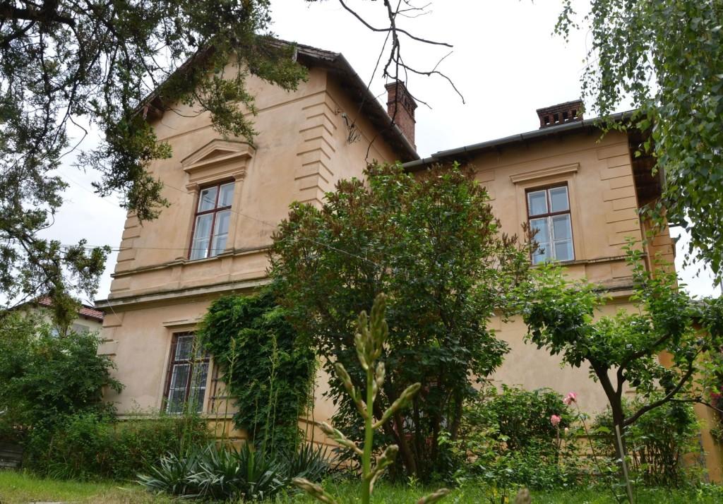 O parte din prima rentă pe care soții Iohannis au primit-o de la Banca Raiffeisen a fost folosită pentru cumpărarea unui apartament din această vilă. Apartamentul ocupă întregul etaj al clădirii. FOTO: RISE Project.