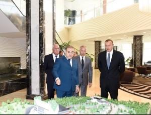 Ashraf Kamilov (stânga) și Ilham Aliyev (dreapta), la prezentarea unui proiect turistic al grupului AtaHolding.