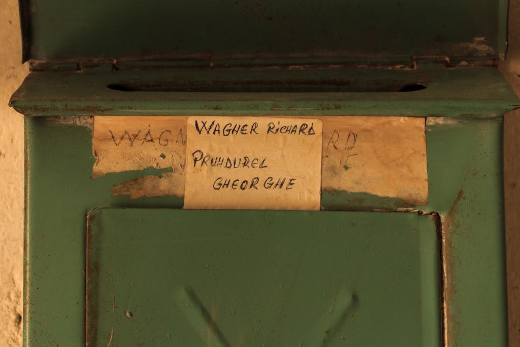 Cutia poștală în care Richard Wagner și mandatarul său, Prundurel, au primit citațiile în procesul prin care au reușit să dejoace retrocedarea, prin falsuri, a celor două case din Sibiu. FOTO: Sergiu Brega