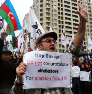 Protestatari pe străzile din Baku, în octombrie 2013, când Ilham a fost reales președinte în urma unor alegeri contestate de opoziție. FOTO: Mediafax/AFP/ TOFIK BABAYEV