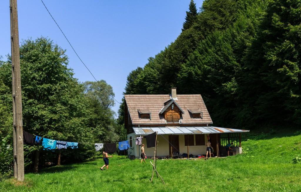 Căbănuța din pădure a familiei Baștea, refugiu pentru niște cercetași nemți care n-au putut pune piciorul pe Vârful Moldoveanu din prima încercare și s-au întors, cu coada între picioare, înapoi, în sat. FOTO: Sergiu Brega.