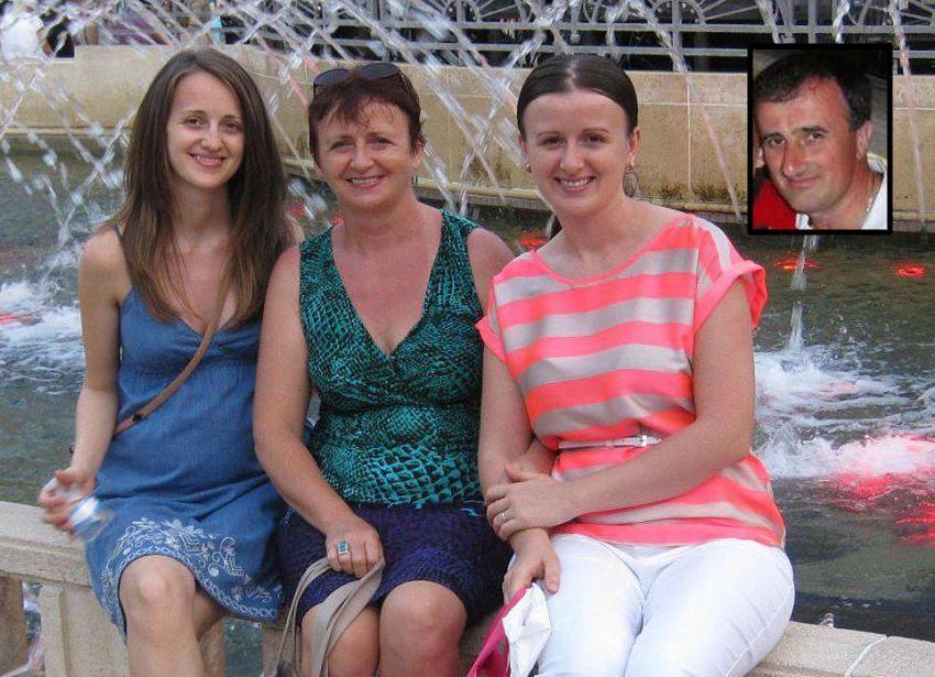 Rodica Baștea, între fiicele sale, Ligia-Ioana (stânga) și Camelia (dreapta). În medalion, Ioan Baștea (1960-2010). Foto: Facebook – contul Rodicăi Baștea.