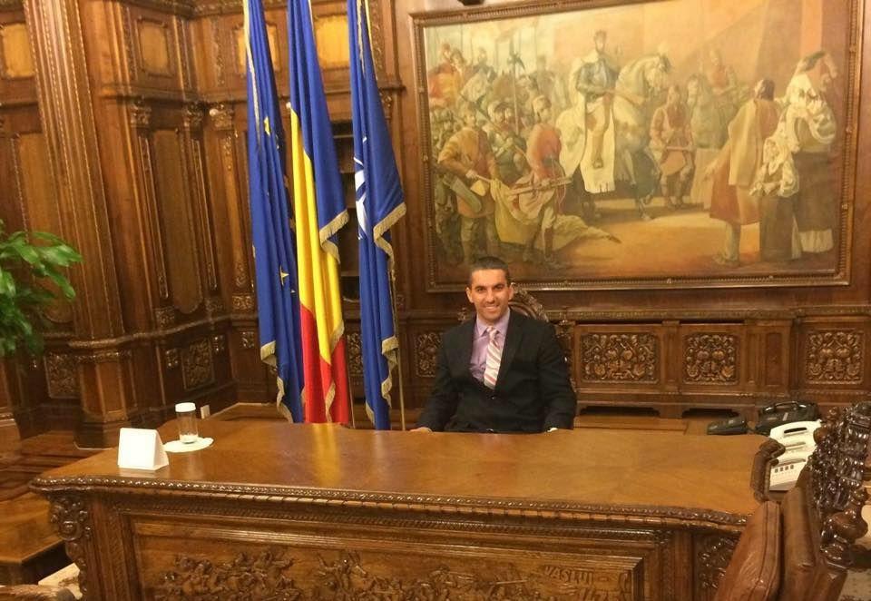 Nicu Borzea, ginerele lui Ioan Baștea, jucându-se de-a președintele prin încăperile Palatului Cotroceni. Aici, chiar în biroul celui mai important om din stat. FOTO: Facebook – contul lui Nicu Borzea.