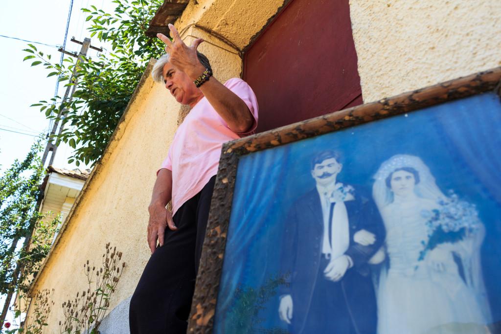 Maria Neamțu, în poarta casei în care a locuit Eliseu Ghenea și în care ea locuiește astăzi. FOTO: Sergiu Ghenea.