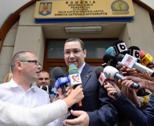 5 IUNIE 2015.  Victor Ponta, la ieșirea din DNA, după ce a aflat  că este suspect în dosarul Turceni-Rovinari. FOTO:Octav Ganea/MediafaxFoto.