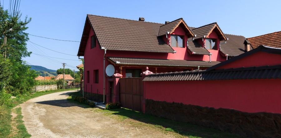 Casa lui Aurel Poșa tocmai a trecut prin reparații. FOTO: Sergiu Brega.