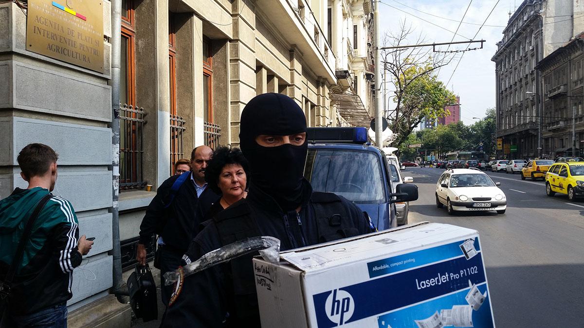 Departamentul Național Anticorupție a ridicat azi, 5 octombrie 2015, documentele afacerii de la sediul APIA din București. Foto: Ana Poenariu