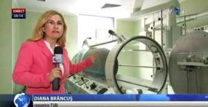 Așa arată capsula în care sunt introduși arșii aflați în stare gravă, pentru a fi tratați cu oxigen pur. Șase astfel de dispozitive există la Floreasca, dar nu sunt folosite. FOTO: Captură TVR.