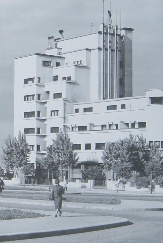 Așa arăta clădirea în anii în care a fost ridicată. Era cea mai înaltă din piața care astăzi se cheamă Charles de Gaulle.