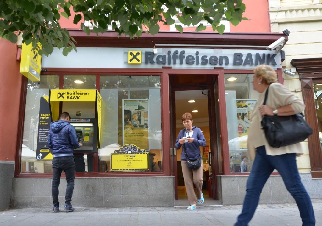 Spațiul comercial pe care statul român amână să îl reclame de la Klaus Iohannis este închiriat băncii Raiffeisen. Produce rente anuale de 60.000 de euro și are o valoare de piață de circa 900.000 d euro. FOTO: Ionuț Stănescu/RISE Project.