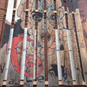 Ferestrele de la stradă ale clubului Fabrica sunt înfundate cu polistiren și acoperite cu scândurele colorate. Așa a fost făcută amenajarea clubului în care, anual, petrec mii de persoane.