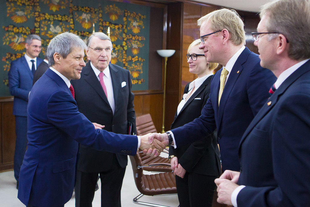 Premierul Dacian Cioloș s-a întâlnit cu o delegație germană condusă de Klaus Mangold pe 31 martie 2016 / Foto: gov.ro