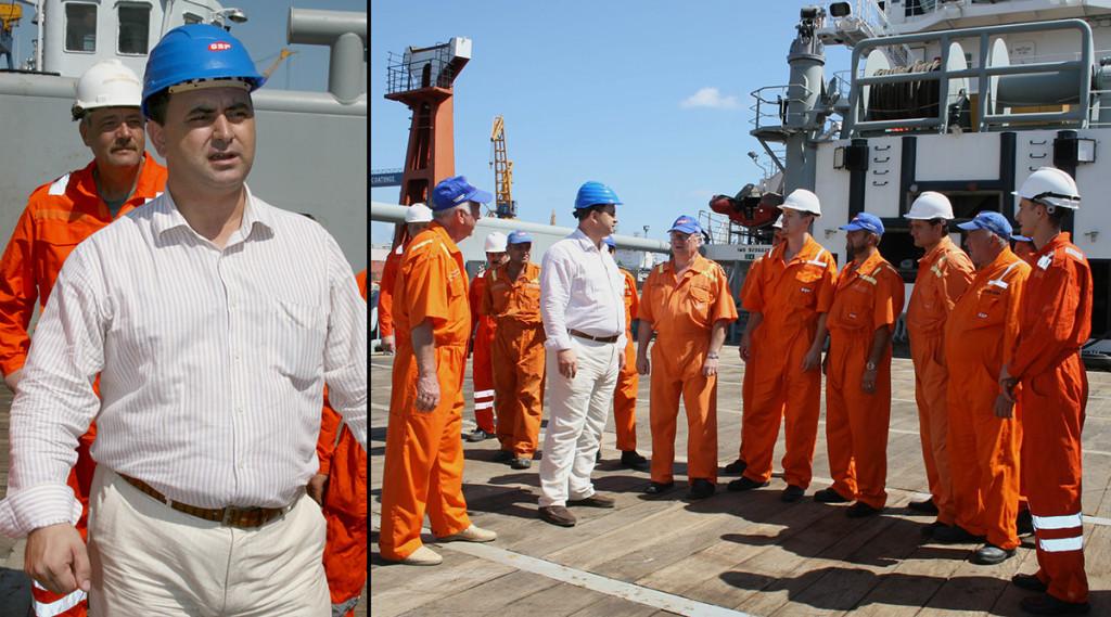 Gabriel Comănescu stă de vorba cu muncitorii care urmează să plece, la schimb de echipaj, în Golful Persic, pe platforma Orizont / Foto: / Mediafax Foto, Crisiti Cimpoes