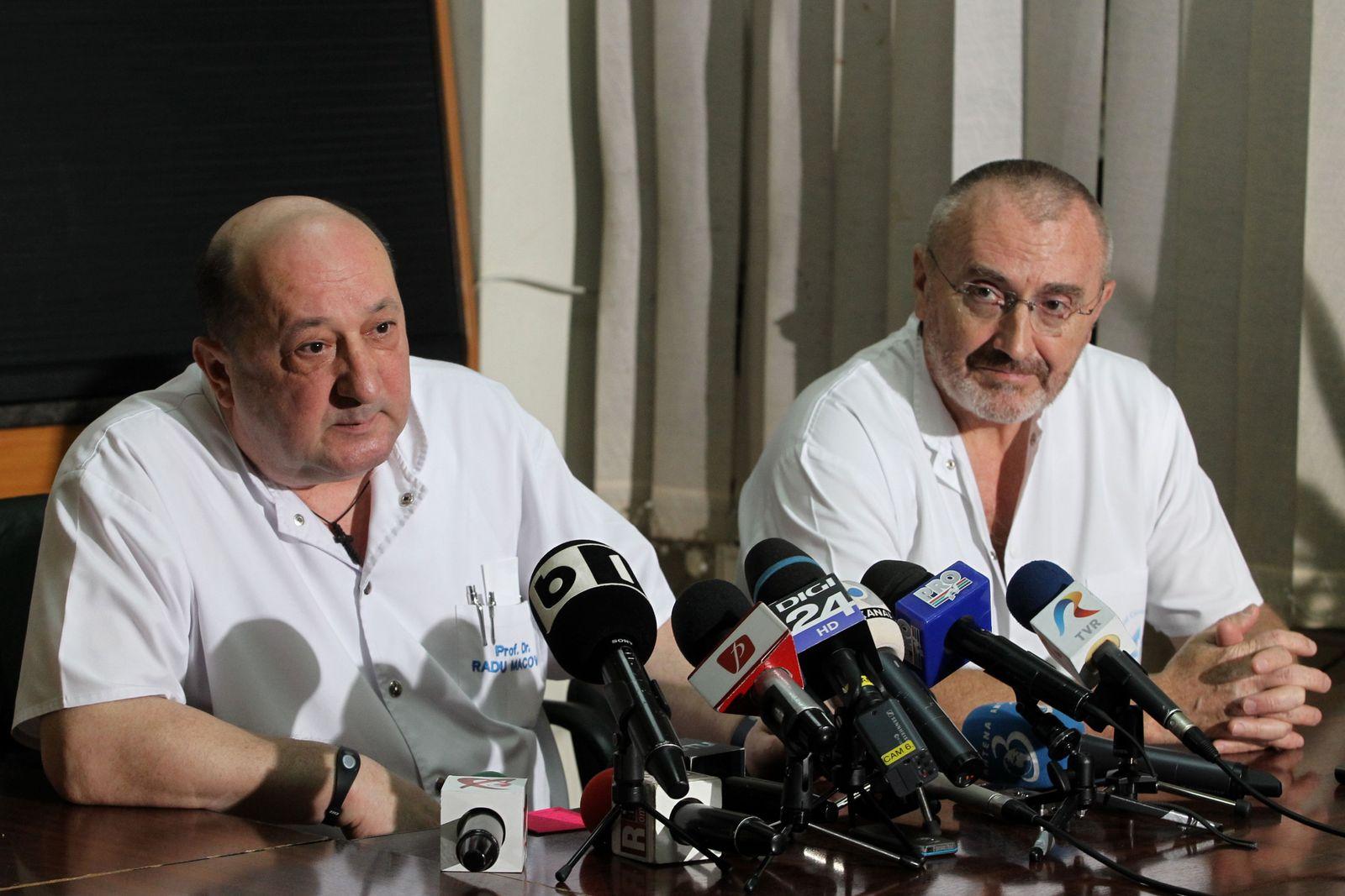 În iunie 2012, Radu Alexandru Macovei, fostul director de la Floreasca, și Ioan Lascăr, fostul șef al secției de chirurgie plastică, explicau opiniei publice grija arătată pentru rănile lui Adrian Năstase, acoperite cu celebra eșarfă Burberry. Trei ani mai târziu, găsindu-se în aceleași funcții, Macovei și Lascăr au făcut echipă în încercarea de mușamalizare a cazului unității de mari arși, nefuncțională la accidentul de la Colectiv, deși fusese inaugurată cu șapte luni în urmă. FOTO: Silviu Matei/Mediafax.