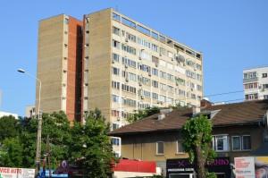În 2004, la scurt timp după ce-și cumpărase două garsoniere, Turcescu și-a cumpărat și un apartament minuscul, într-un bloc ridicat pe vremea lui Dej.