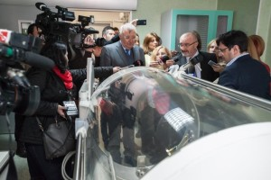 În aprilie 2015, la simulacrul de inaugurare a unității de mari arși, barocamera, cu care Ioan Lascăr încerca să uimească jurnaliștii, ieșise deja de o jumătate de an din garanție. Fusese achitată încă din decembrie 2013, costase de două ori cât alte prețuri din piață și nu funcționase niciodată.  FOTO: Primăria Sector 1.