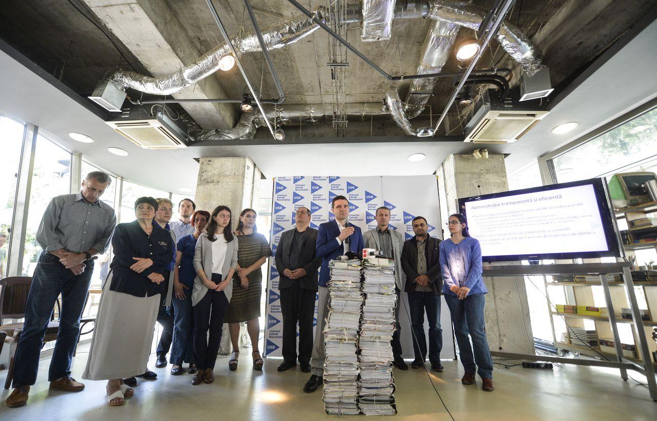 O parte din dosarele deasupra cărora Nicușor Dan și-a tocit coatele în ultimii ani, încercând să pună frână proiectelor edilitare pe care le-a considerat ilegale sau inoportune. FOTO: Andreea Alexandru/ Mediafax.