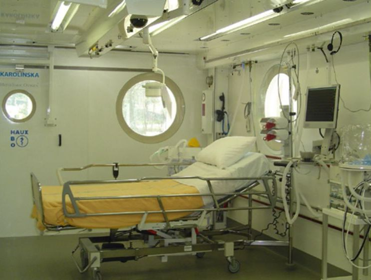 Pat de terapie intensivă instalat într-o barocameră multiloc din Suedia. FOTO: pagina web a firmei Haux.
